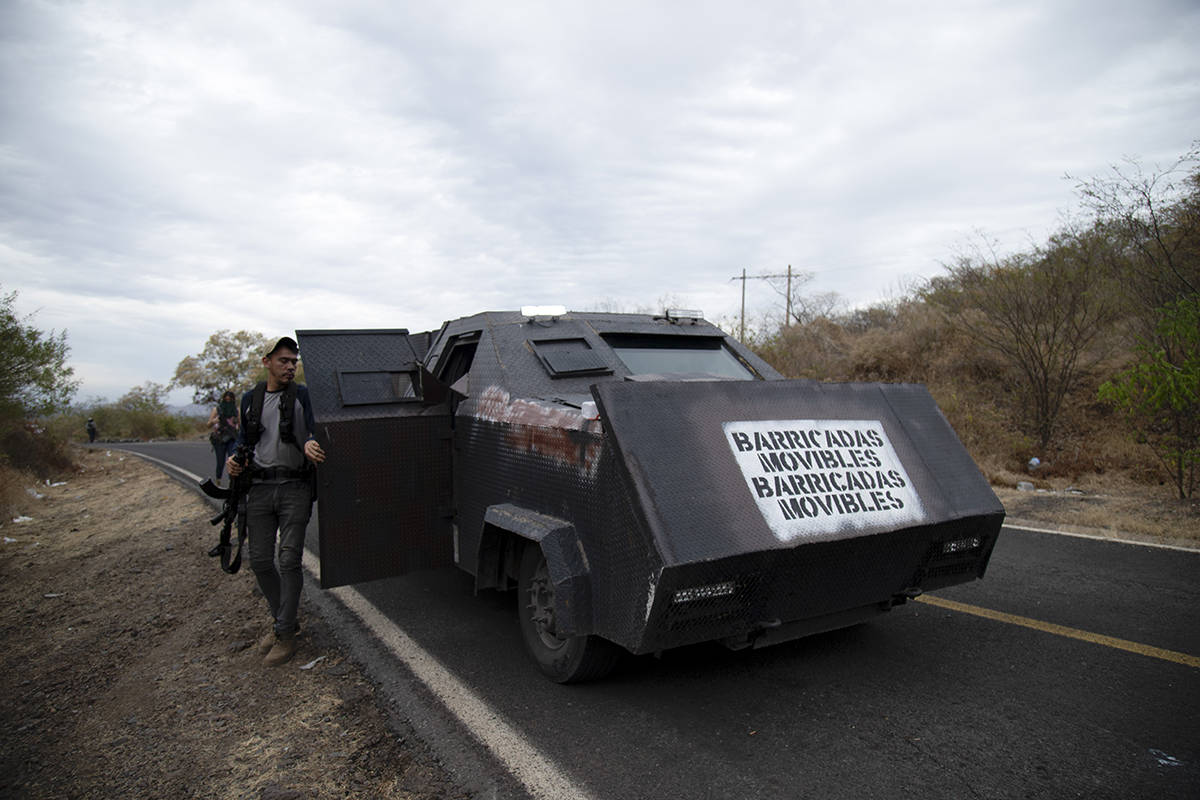 """El mensaje en español """"Barricada móvil"""" cubre el frente de un tanque casero conocido como """"mo ..."""