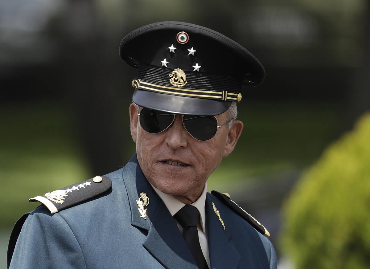 En esta fotografía de archivo del 14 de septiembre de 2016, el secretario de Defensa Salvador ...