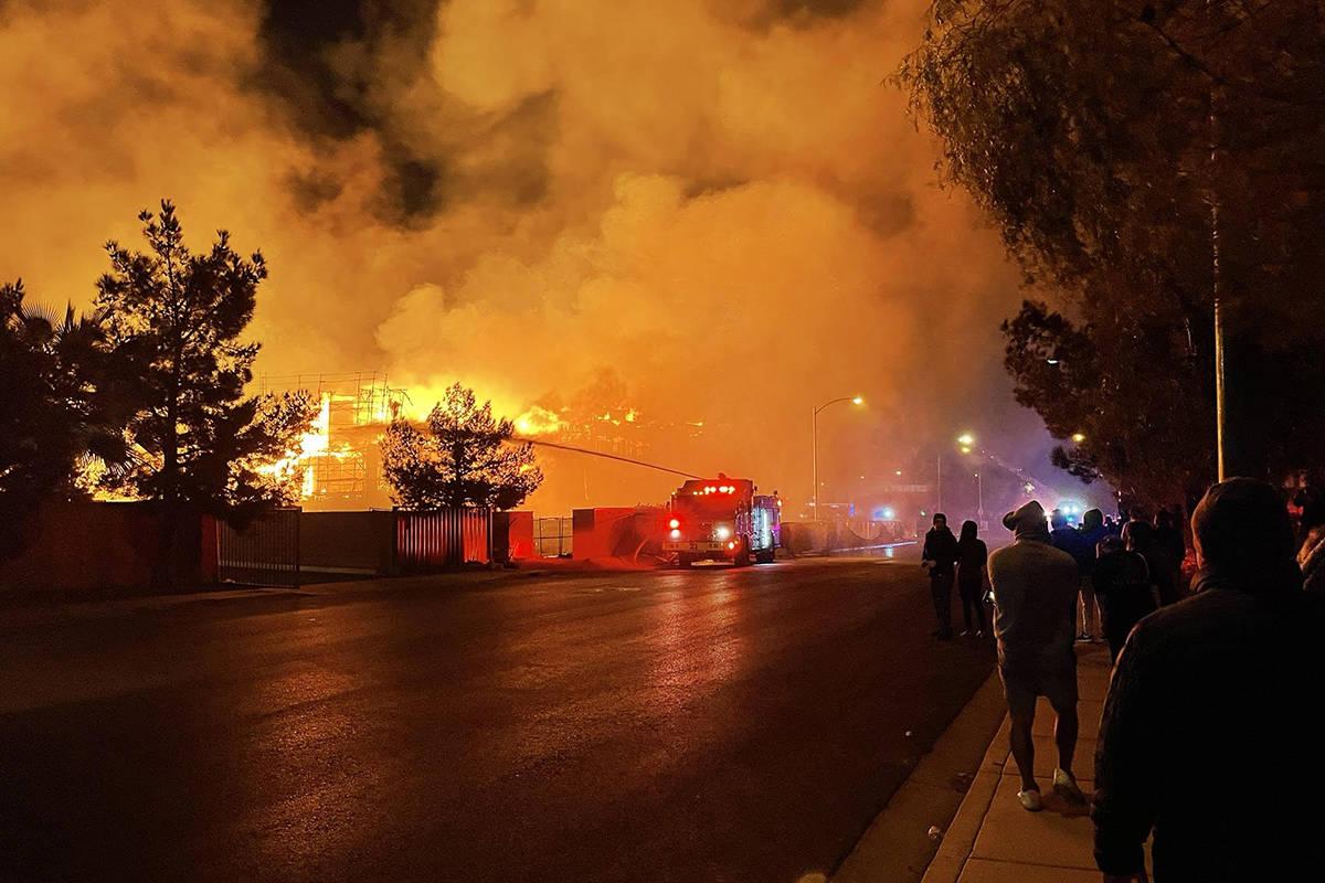 Bomberos luchan contra un gran incendio en el suroeste de Las Vegas el martes, 19 de enero de 2 ...
