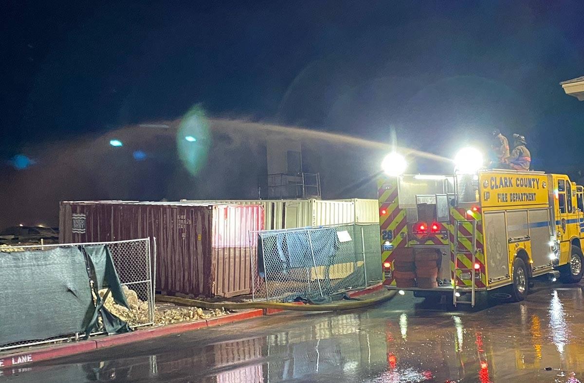 Bomberos del Condado Clark trabajan para extinguir un incendio el martes, 19 de enero de 2021. ...