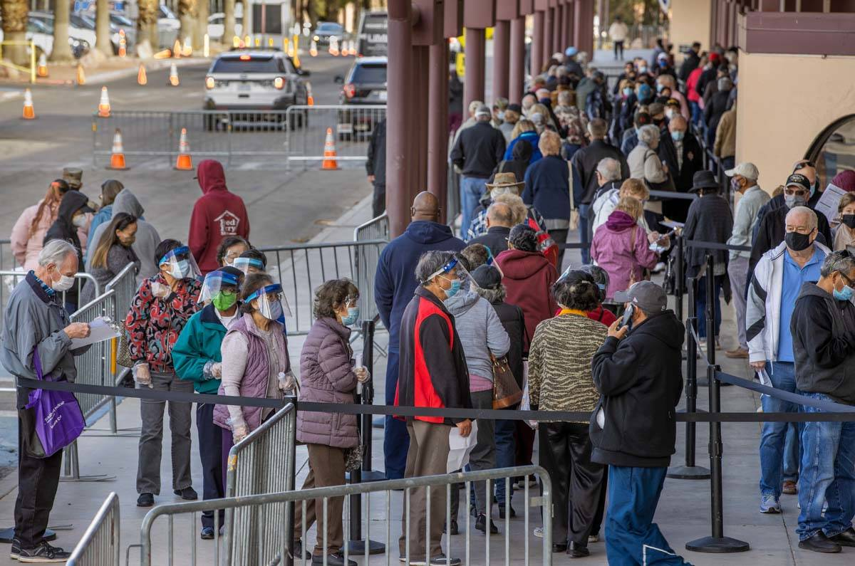 La gente se forma para entrar en Cashman Center para obtener las vacunas contra COVID-19 operad ...
