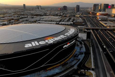 Vista aérea del Estadio Allegiant y del Strip de Las Vegas el martes, 25 de agosto de 2020. (M ...
