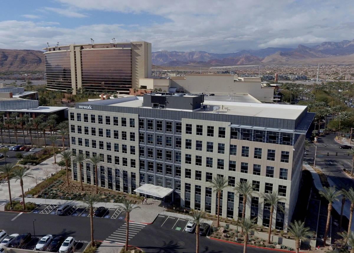 Un edificio de oficinas en la esquina sureste de Pavilion Center y Griffith Peak Drive, cerca d ...