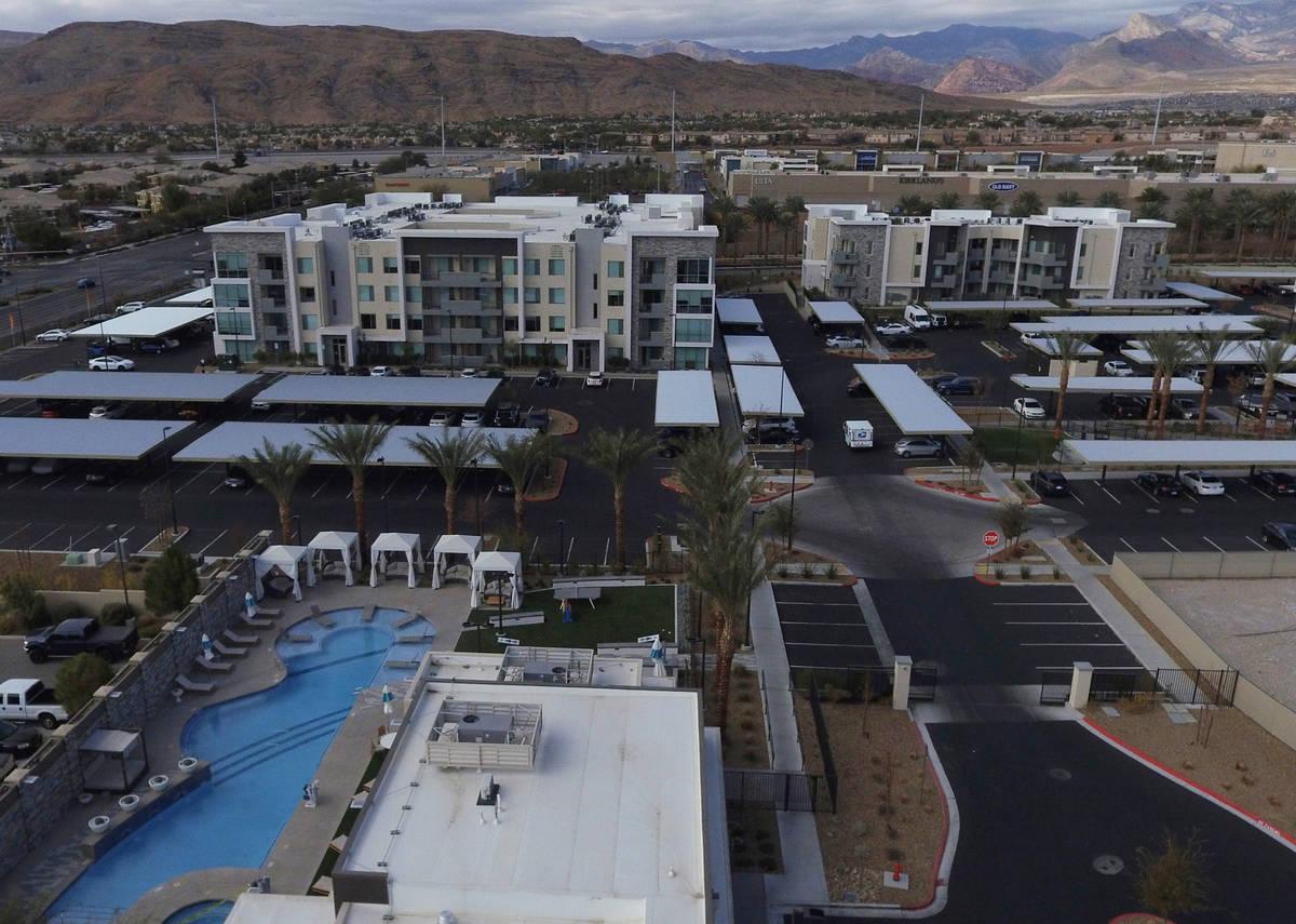 El complejo de apartamentos Tanager en la esquina de Sahara Ave. y Pavilion Center Dr., es foto ...