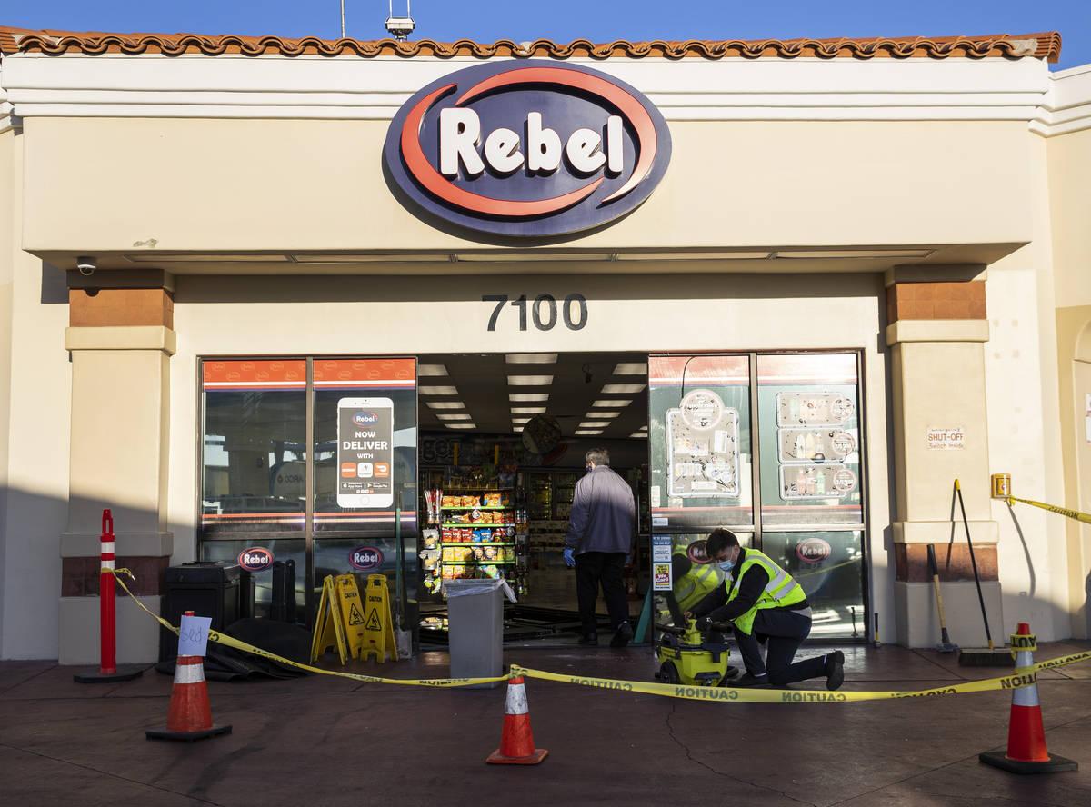 Trabajadores inspeccionan los daños después de que un hombre que se metió en una discusión ...
