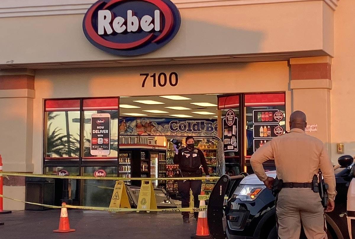 La policía de Las Vegas investiga el lugar donde un hombre estrelló su vehículo contra las p ...