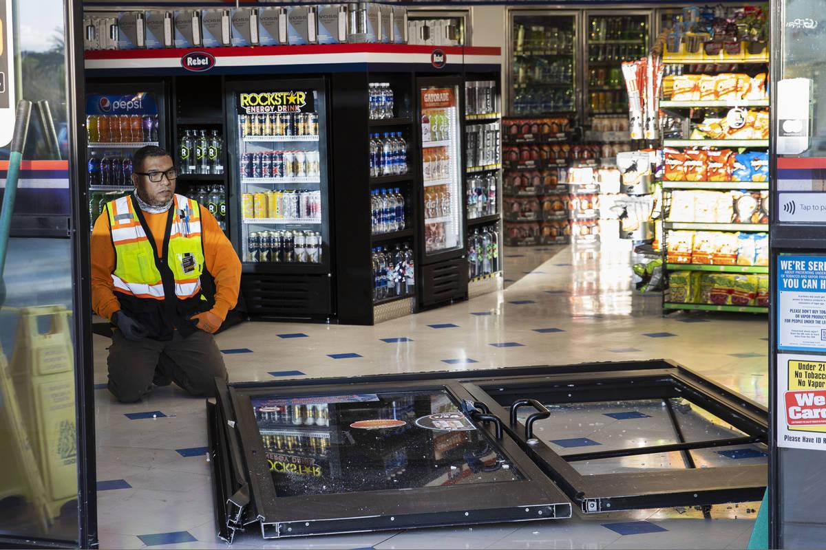 Un trabajador inspecciona los daños después de que un hombre que se metió en una discusión ...