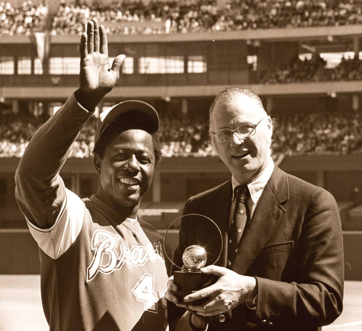En esta foto de archivo del 4 de abril de 1974, el comisionado de béisbol Bowie Kuhn, a la der ...