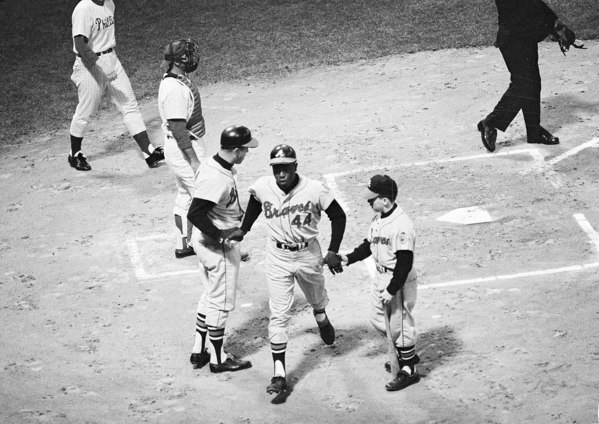 """Hank Aaron, de los Braves de Atlanta, es felicitado cerca de la base por Eddie Mathews y el """"ba ..."""