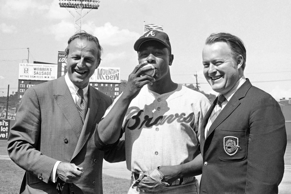 En esta foto de archivo del 17 de mayo de 1970, Hank Aaron, de los Braves de Atlanta, al centro ...