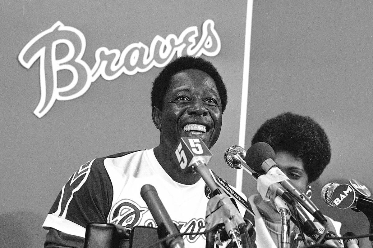 Hank Aaron, de los Braves de Atlanta, sonríe durante una conferencia de prensa en el Atlanta S ...