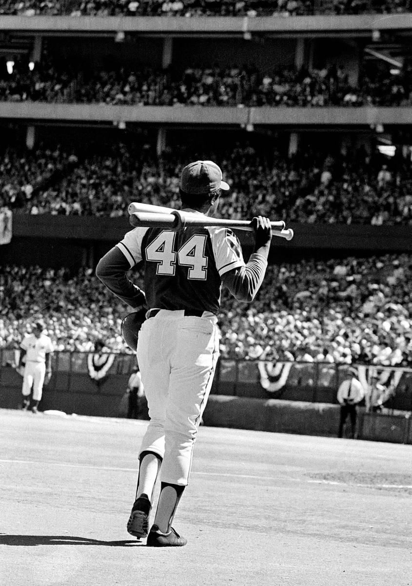 El bateador diestro de los Atlanta Braves, Hank Aaron (44), sale del círculo de bateo en el pa ...
