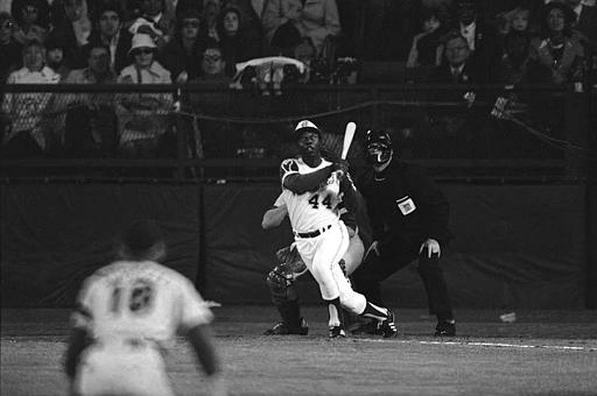 Hank Aaron batea su 715º jonrón de su carrera el 18 de abril de 1974, superando el récord de ...
