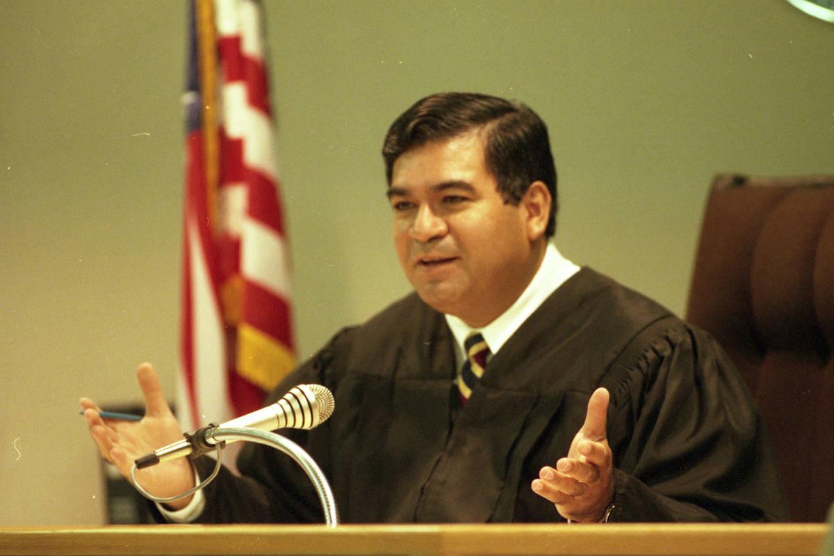 El juez de distrito Don Chairez habla durante una comparecencia en el juzgado del Condado Clark ...