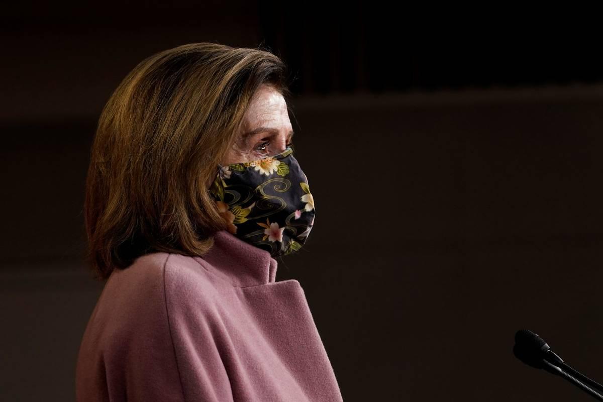 La presidenta de la Cámara de Representantes, Nancy Pelosi, habla durante una conferencia de p ...