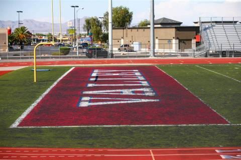 Una vista del césped en deterioro en el campo de fútbol de la Escuela Preparatoria Valley en ...
