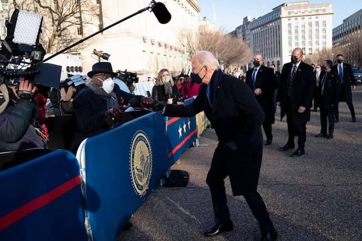 El presidente Joe Biden habla con el presentador de la NBC en Washington, Al Roker, mientras é ...