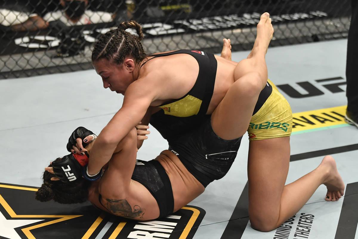 ABU DHABI, EMIRATOS ÁRABES UNIDOS - 23 DE ENERO: (I-D) Amanda Ribas de Brasil golpea a Marina ...