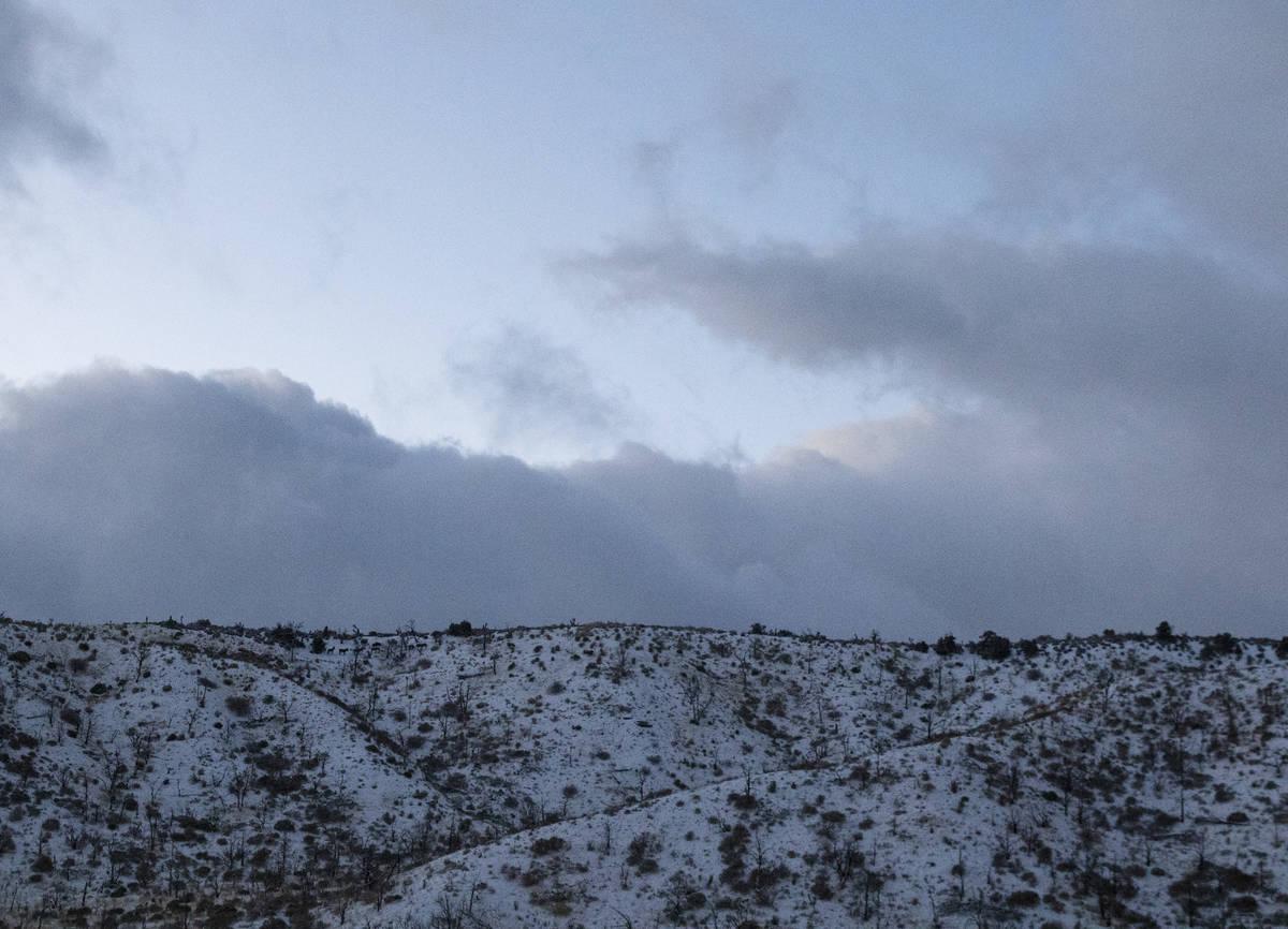 Nubes se ciernen sobre Mt. Charleston durante una fresca y ventosa mañana de lunes, el 25 de e ...