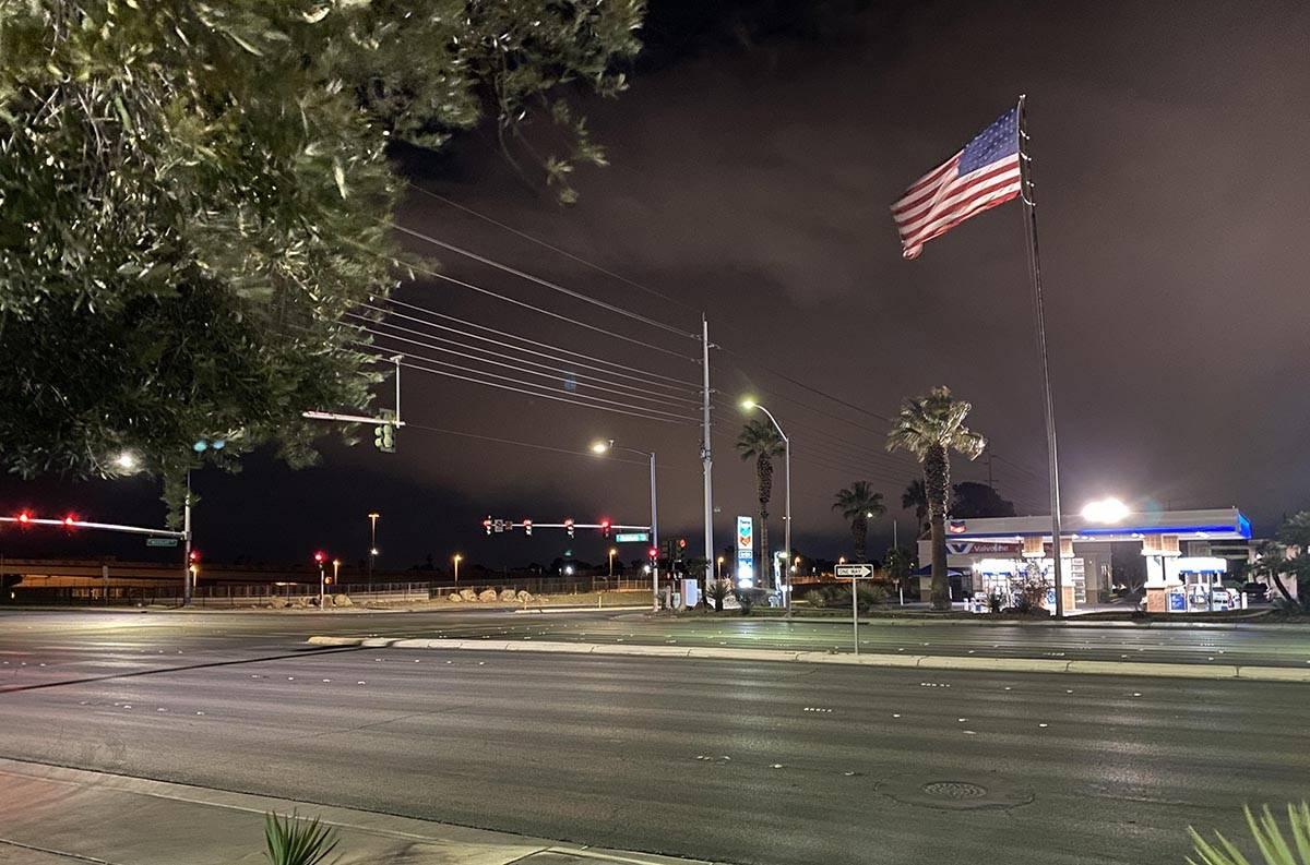 Una fuerte brisa hizo ondear una gran bandera estadounidense en una gasolinera de la U.S. 95 y ...