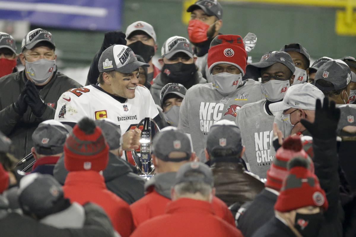 El mariscal de campo de los Tampa Bay Buccaneers, Tom Brady, celebra con Donovan Smith después ...