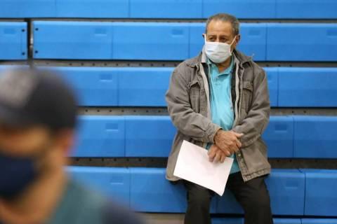 Richard Martínez, de 73 años, es monitoreado después de recibir la vacuna contra COVID-19 en ...