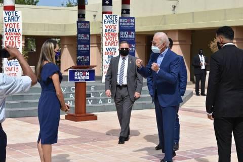 En esta foto de archivo, el entonces candidato presidencial demócrata, Joe Biden, se reunió c ...