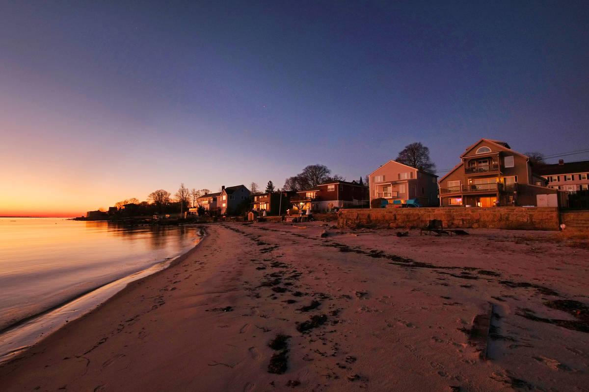 El sol de la mañana ilumina la casa en 500 de la avenida Pequot, a lo largo de Thames River, f ...