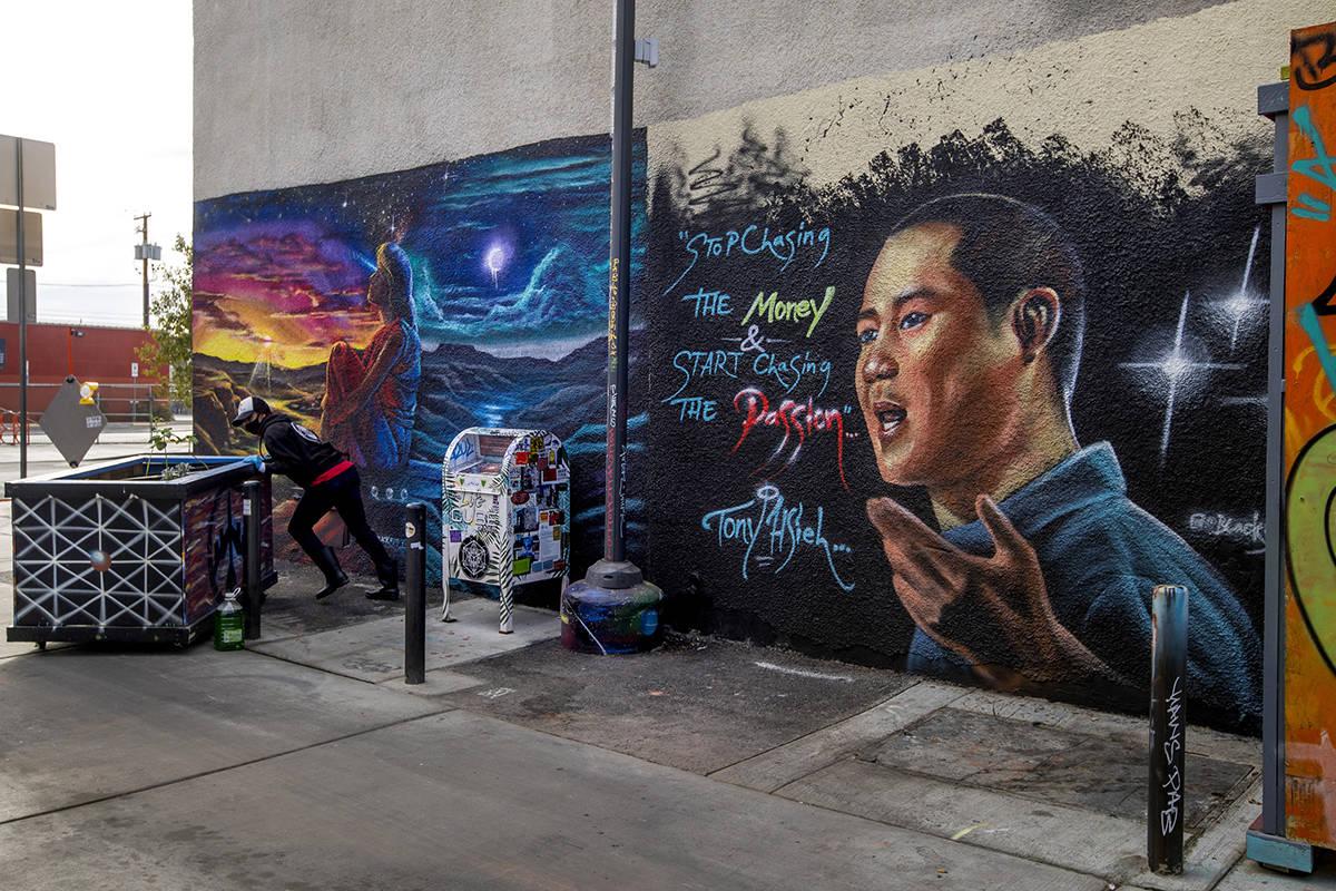 Un mural dedicado a Tony Hsieh en el callejón DT, cerca de Fremont y la calle 6th, en el centr ...
