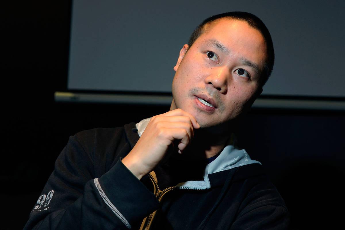 Tony Hsieh gesticula durante una entrevista antes del inicio del evento LaunchUp Las Vegas en e ...