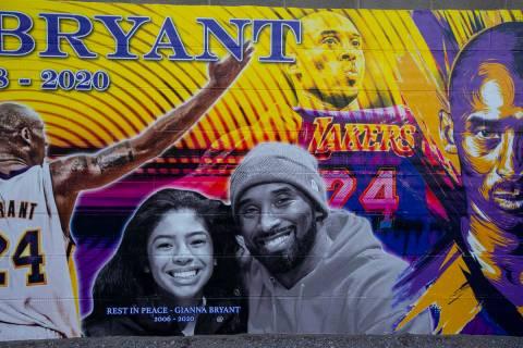 Un mural de Kobe y Gianna Bryant, creado por Eric Meidenbauer, en el exterior de Candid Worldwi ...