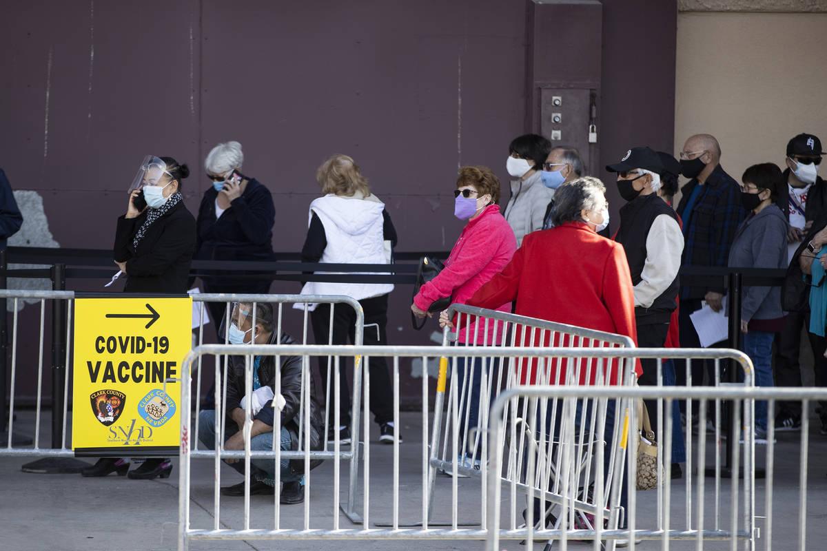 Gente espera en fila para recibir la vacuna contra COVID-19 en Cashman Center Las Vegas el mié ...