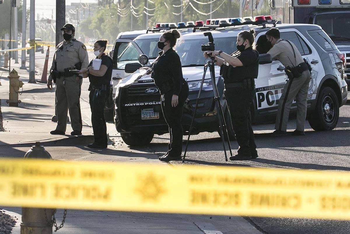 El Departamento de Policía Metropolitana investiga un tiroteo en el estacionamiento de los apa ...
