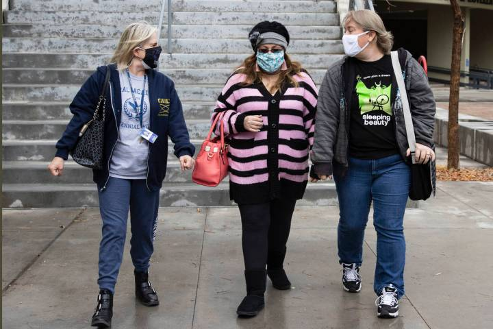 Profesoras de la Coral Academy of Science, Janet Roth, a la izquierda, Samantha Richards, y Dan ...
