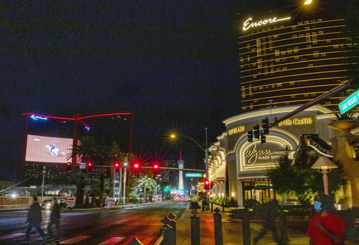 En esta foto de archivo del 4 de diciembre de 2020, la pantalla LED de Resorts World muestra la ...