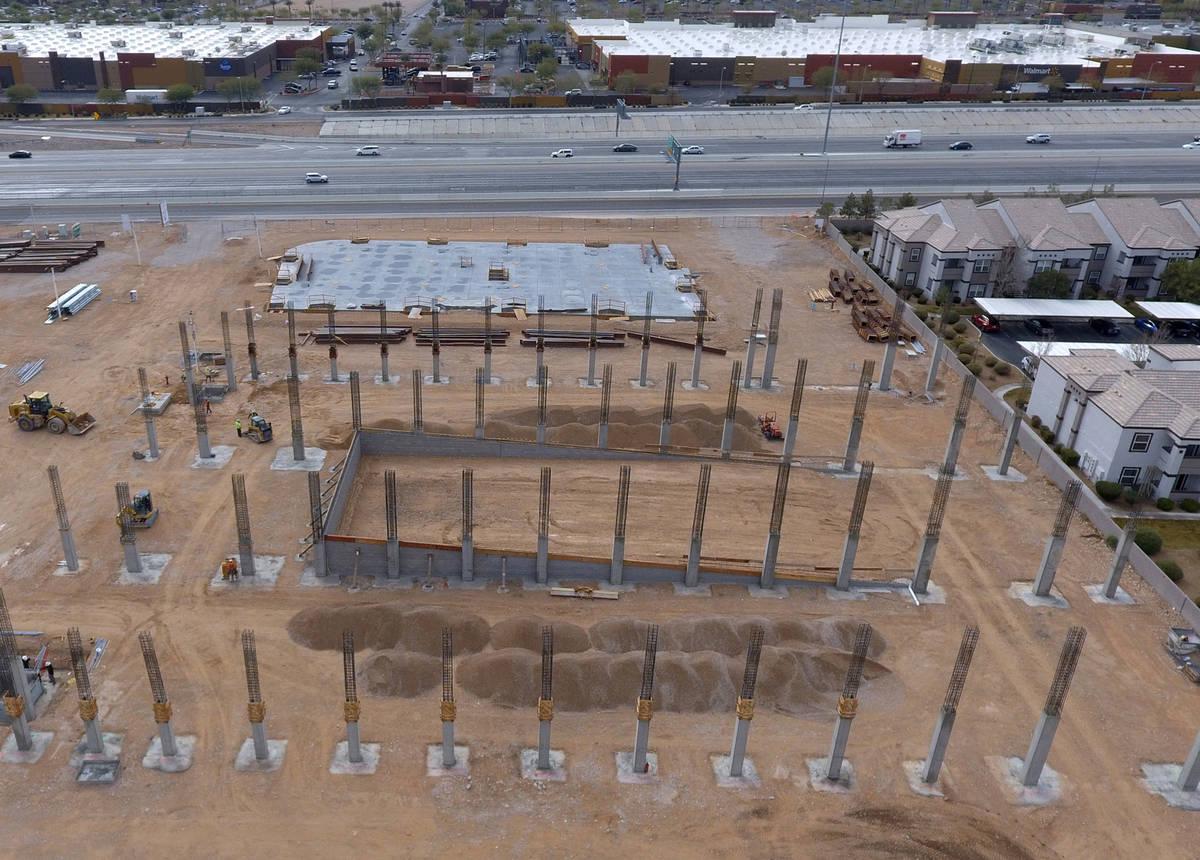 Vista aérea del sitio de construcción de Axiom, un complejo de oficinas en construcción, en ...
