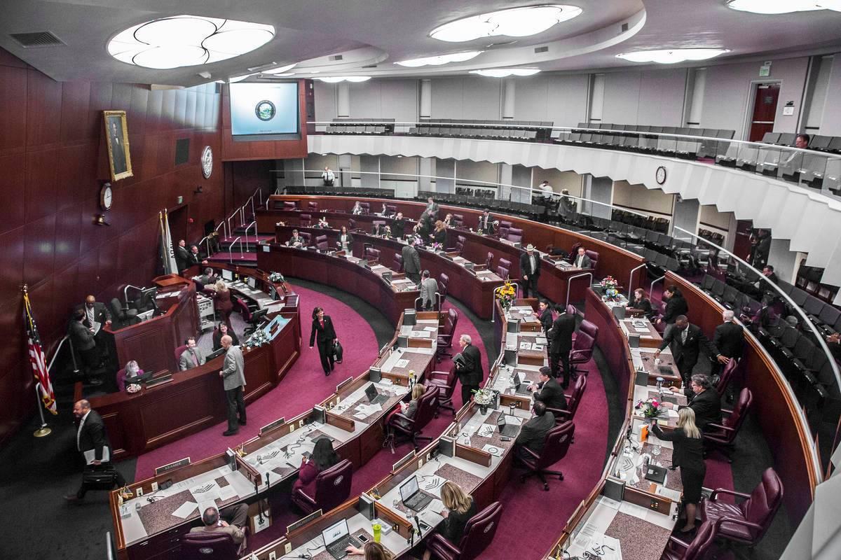 Los miembros de la asamblea salen de las cámaras durante el segundo día de la sesión legisla ...