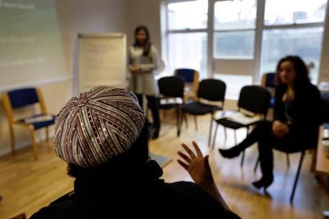 En esta foto de archivo del 5 de febrero de 2013, una mujer habla durante una clase de curso ps ...