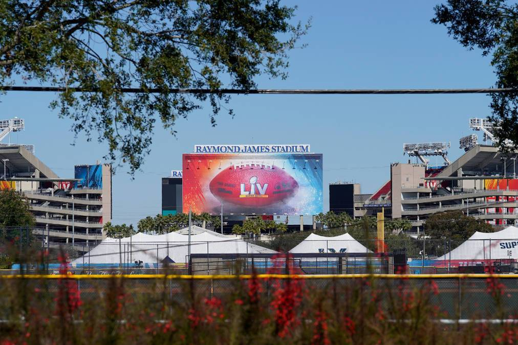 El estadio Raymond James, el sitio del Súper Tazón LV de fútbol americano de la NFL, se mues ...