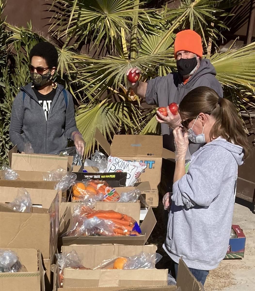 Voluntarios del Banco de Alimentos LasVegan montan cajas de alimentos el 23 de enero en el Sant ...