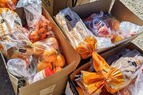 Algunas de las cajas de comestibles a base de plantas que fueron distribuidas por el Banco de A ...