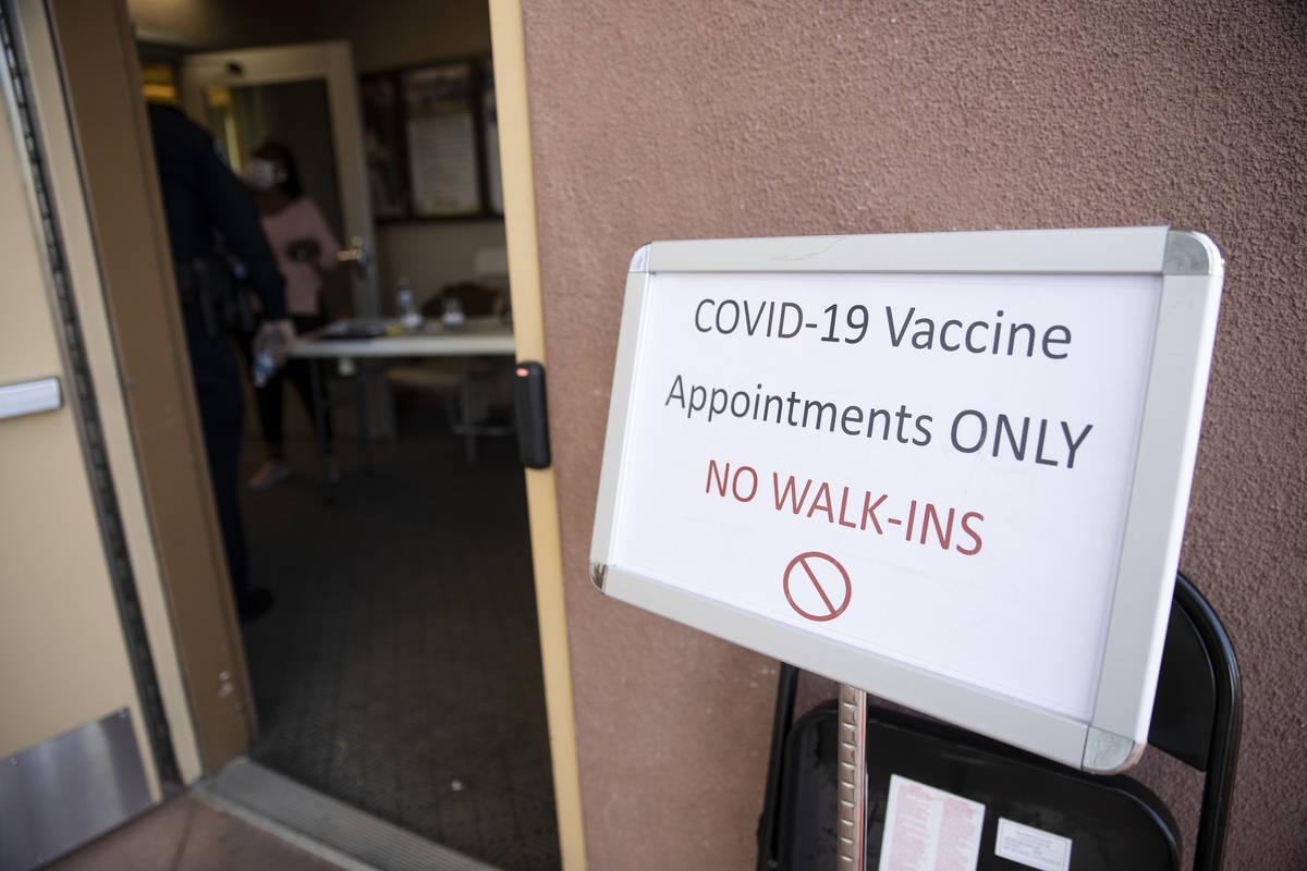 Un letrero a la entrada del centro de vacunación emergente contra COVID-19 en Doolittle Senior ...