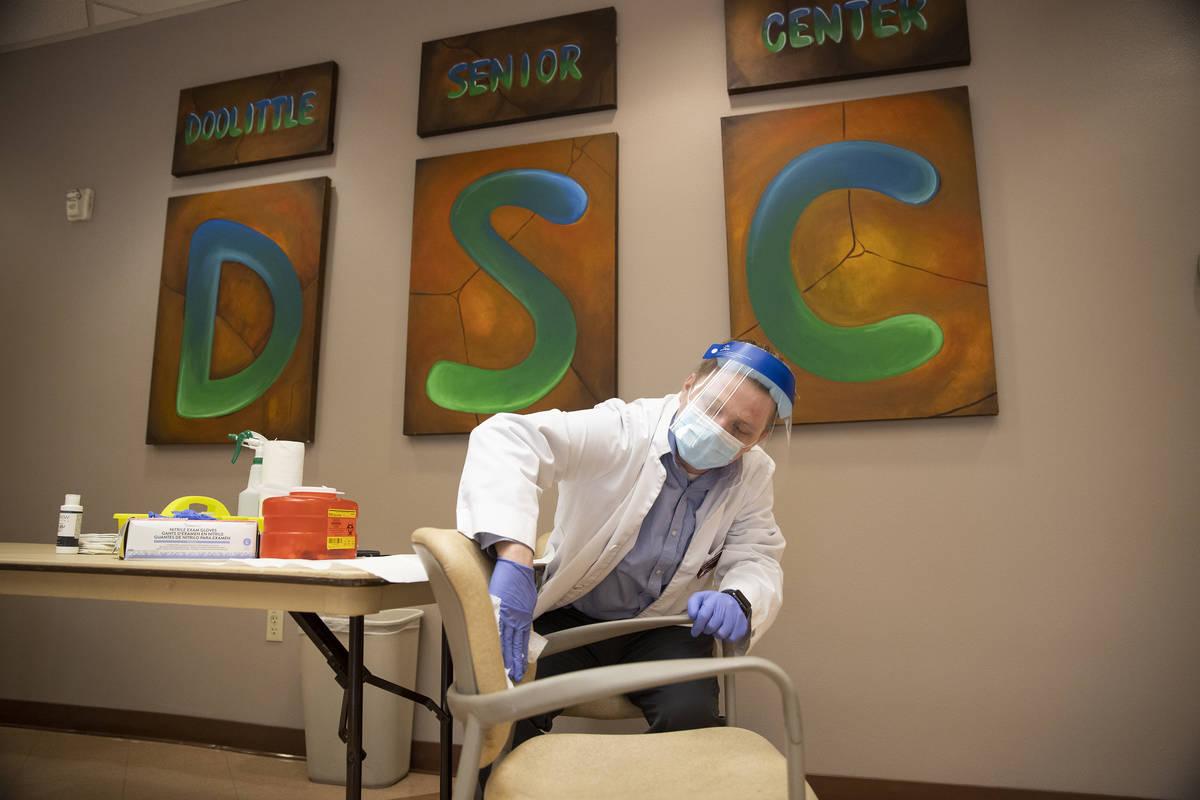 Justin McConnell, estudiante de farmacia de la Roseman University of Health Sciences, se prepar ...