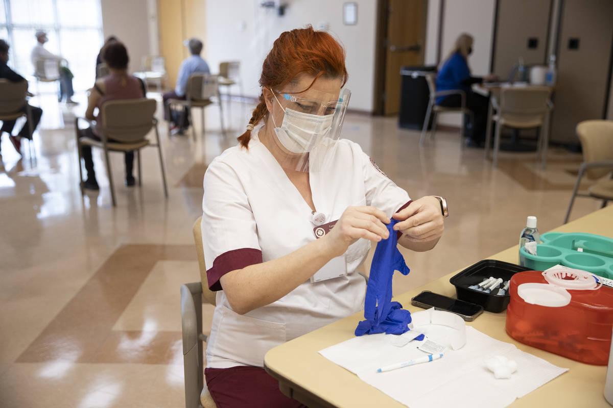Tasey Shaul, estudiante de enfermería de la Roseman University of Health Sciences, se prepara ...