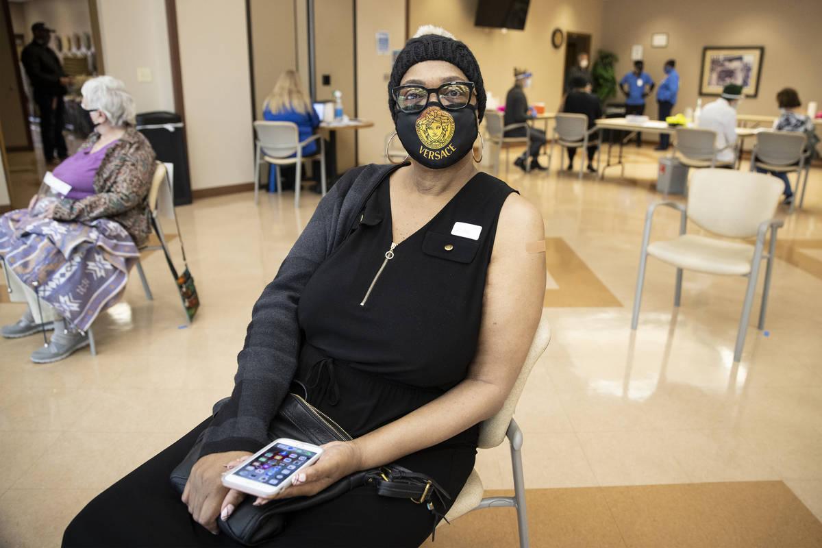 Martha Wilson, de 70 años, descansa tras recibir la primera dosis de la vacuna contra COVID-19 ...