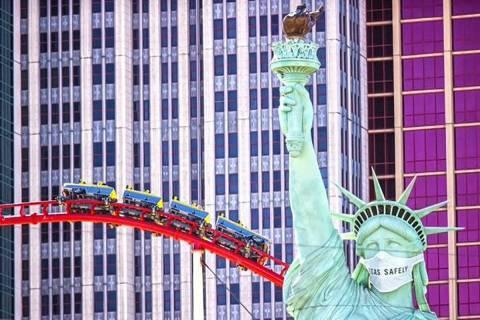 La Estatua de la Libertad en el Strip de Las Vegas con un cubrebocas. [Foto Benjamín Hager / L ...
