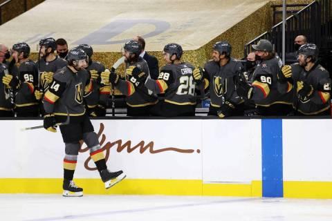 El defensa de Vegas Golden Knights, Nicolas Hague (14), celebra un gol con su equipo durante el ...