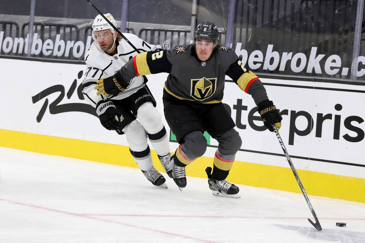 El defensa de Vegas Golden Knights, Zach Whitecloud (2), despeja el disco contra el centro de ...