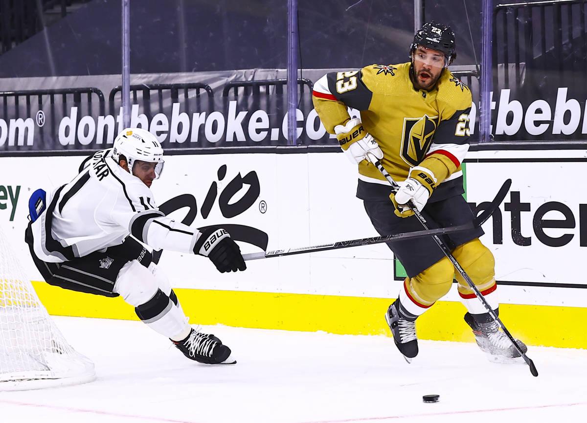 El defensa de los Golden Knights, Alec Martínez (23), patina con el puck ante la presión del ...