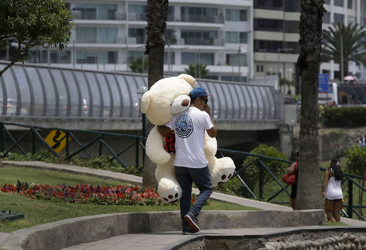 En esta foto de archivo, un hombre lleva un oso de peluche muy grande el día de San Valentín ...